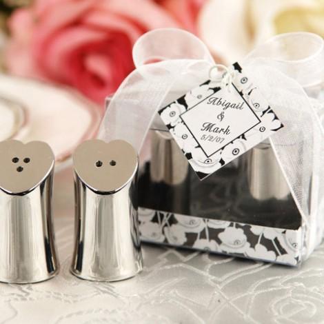 """Širdelės formos druskinė ir pipirinė elegantiškoje dovanų dėžutėje """"Meilės prieskoniai"""""""